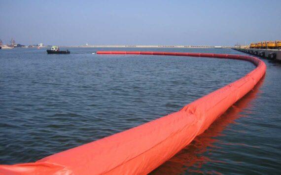 Barrera de contención de hidrocarburos inflable